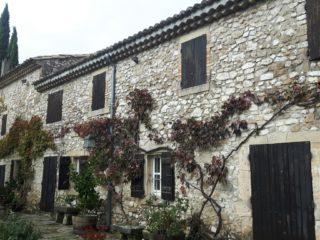 Jahrhunderte alte Weingüter in der Drôme laden zum Besuch ein (C) Conti-Reisen
