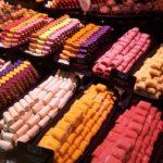 Lyon Farbenfrohe Süßigkeiten in der Markthalle Paul Bocuse (C) Conti-Reisen
