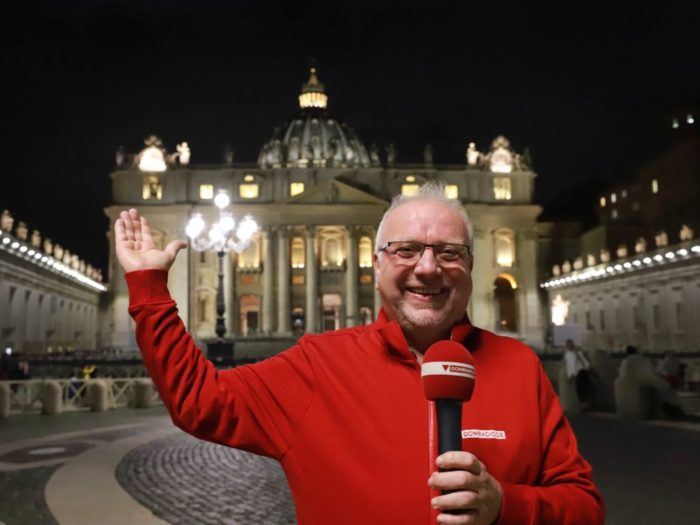 DOMRADIO.DE-Diakon Willibert Pauels vor dem Petersdom (C) DOMRADIO.DE