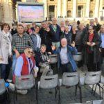 Die Reisegruppe auf dem Petersplatz (C) DOMRADIO.DE