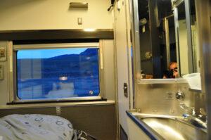 Die privaten Schlafwagenabteile mit Stockbett, Waschbecken und Toilette sind behaglich ausgestattet.