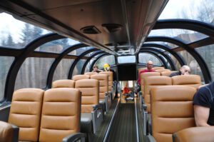 Aus den erhöhten und verglasten Sichtkanzeln der Panoramawagen erscheint die Landschaft wie eine Fototapete