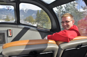 Dr. Martin Wein genießt die Aussicht im Panoramawagen.