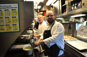 """In der Küche des """"Dining cars"""" bereiten die Köche alle Mahlzeiten täglich frisch zu."""