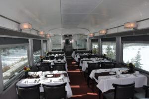 Das stilvolle Bordrestaurant lädt zum Speisen ein.
